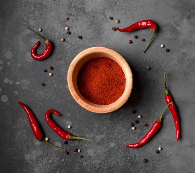Verschillende soorten peper op een donkere achtergrond