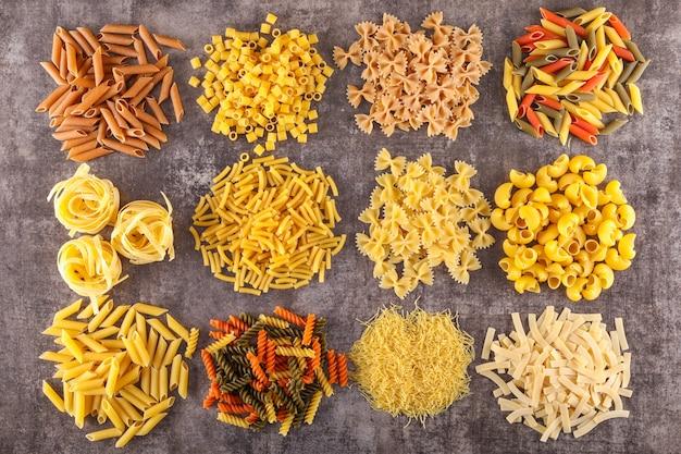 Verschillende soorten rauwe pasta bovenaanzicht