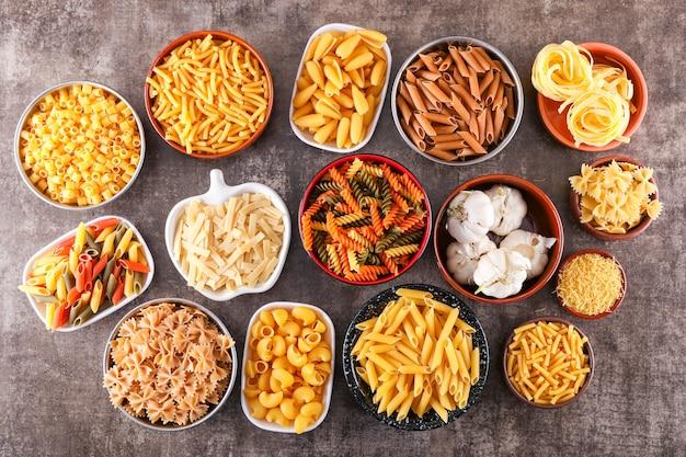 Verschillende soorten rauwe pasta soorten bovenaanzicht