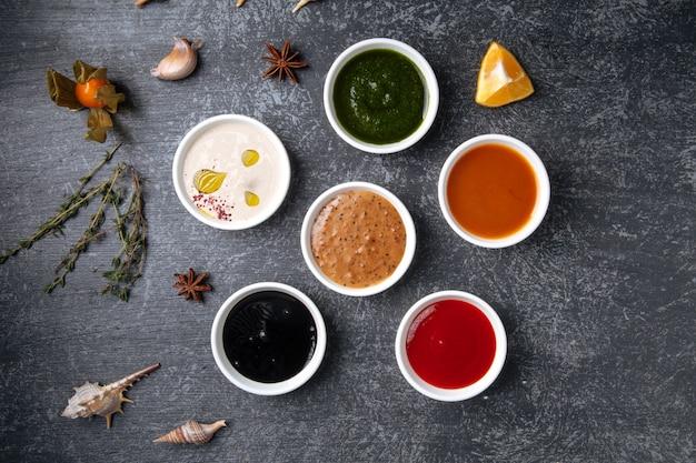 Verschillende soorten sauzen in jusboten