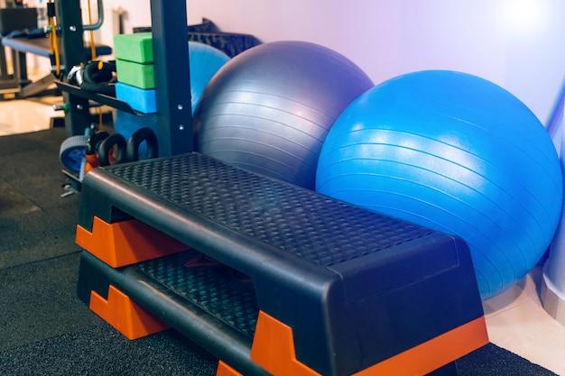 Verschillende soorten sportuitrusting in de fitnessclub binnenshuis.