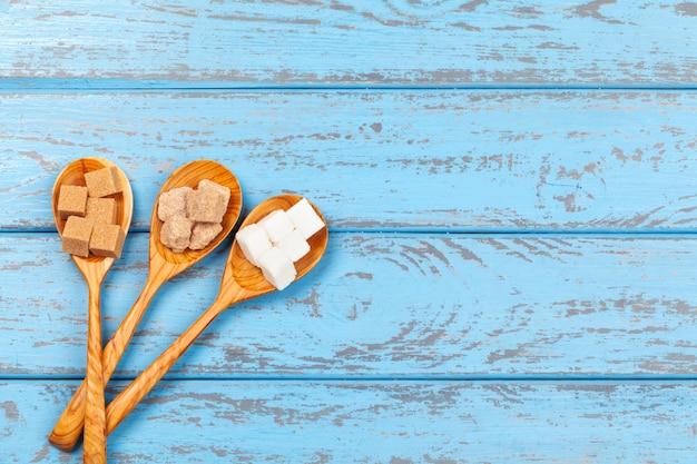 Verschillende soorten suiker in de lepels sluiten omhoog