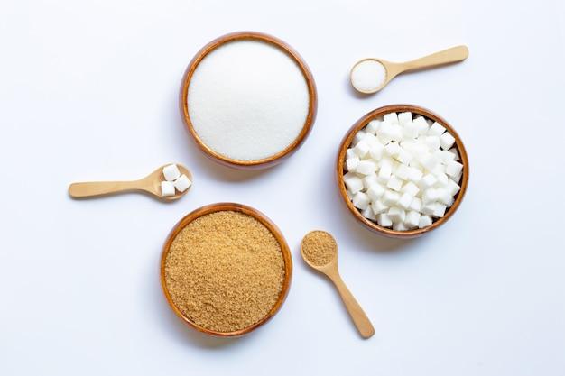 Verschillende soorten suiker op wit