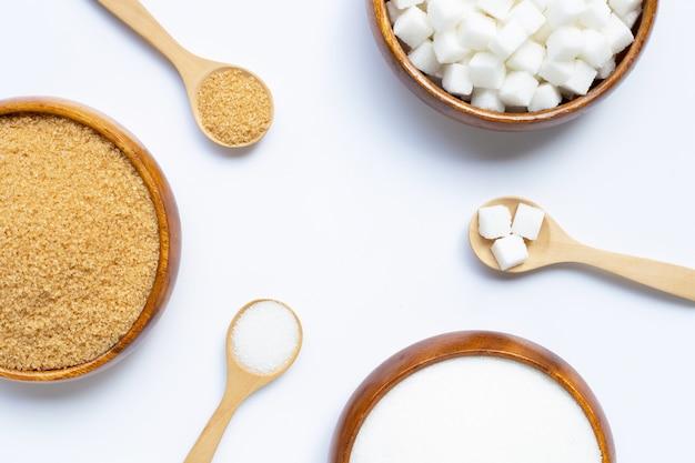 Verschillende soorten suiker op witte achtergrond.