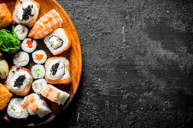 Verschillende soorten sushibroodjes op de plaat.