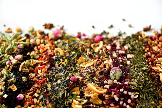 Verschillende soorten thee: groen, zwart, bloemen, kruiden, mint, melissa, roos, hibiscus, korenbloem.