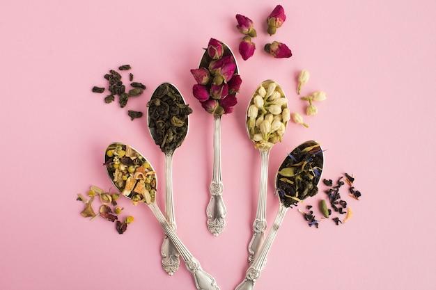 Verschillende soorten thee in de zilveren lepels