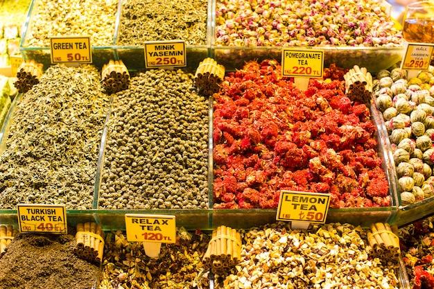 Verschillende soorten thee op de egyptische bazaar in istanbul