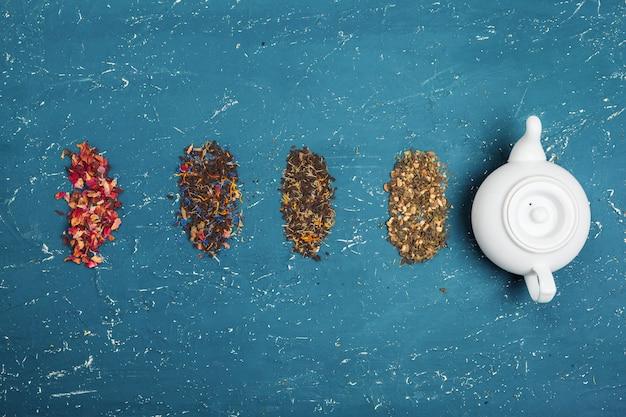 Verschillende soorten thee voor ceremonie, bovenaanzicht, vrije ruimte