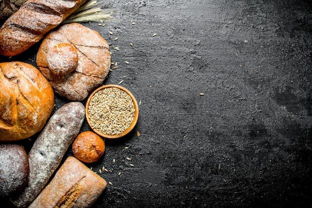Verschillende soorten vers brood met graan in kom.