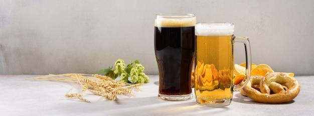 Verschillende soorten vers geschonken bier - licht en donker en snackvariëteit. banner.