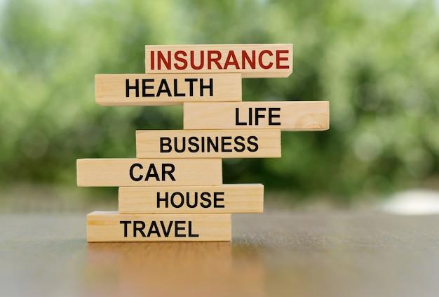 Verschillende soorten verzekeringen. verzekeringsconcept op houten blokken