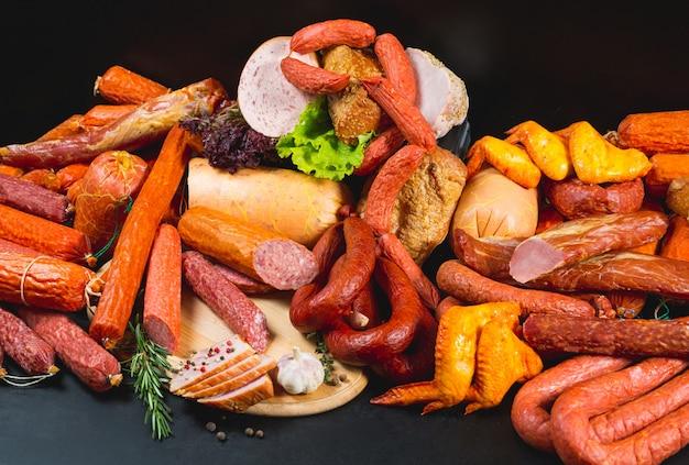 Verschillende soorten worst en vleesproducten op zwart.