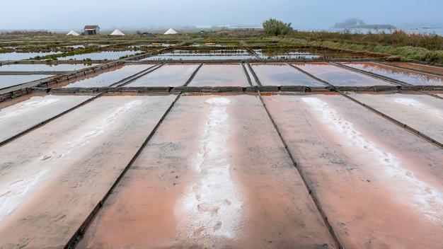 Verschillende soorten zout in zoutpannen met zoutopvangbakken