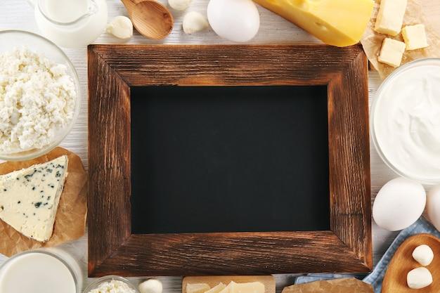Verschillende soorten zuivelproducten en een leeg bord