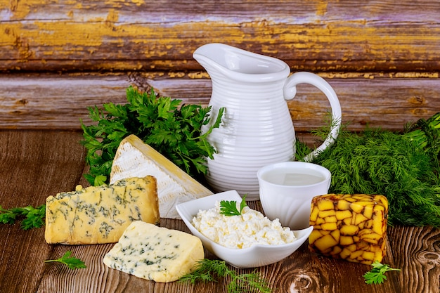 Verschillende soorten zuivelproducten kaas, melk en kwark