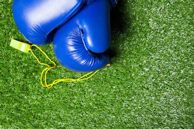 Verschillende sporthulpmiddelen op gras