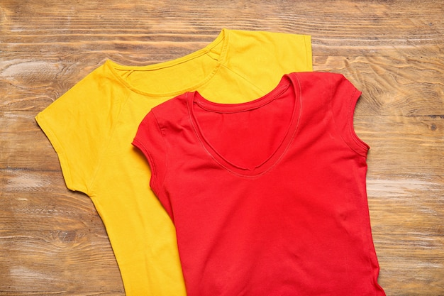 Verschillende stijlvolle t-shirts op houten achtergrond