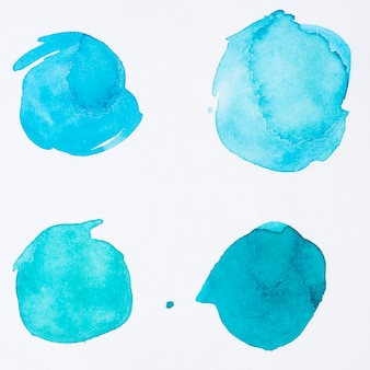Verschillende stippen van blauwe aquarel verf