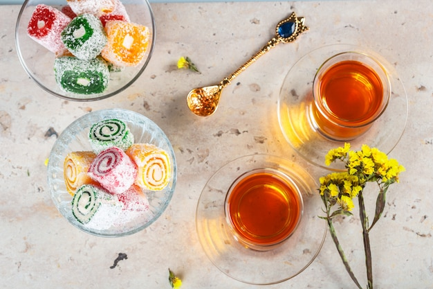 Verschillende stukken turks genot lokum en zwarte thee