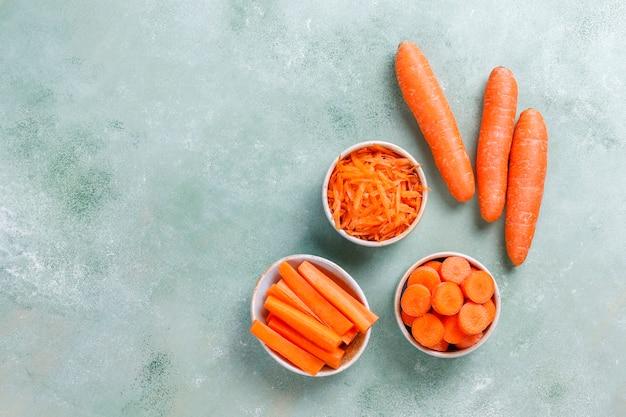 Verschillende stukken wortel in kommen.