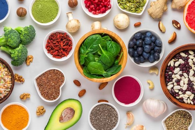 Verschillende superfoods. gezond veganistisch eten bovenaanzicht