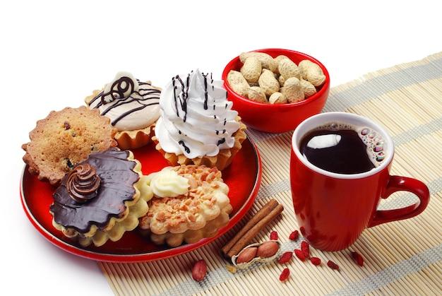 Verschillende taarten in een bord en een kopje koffie