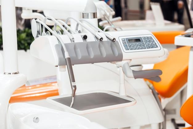Verschillende tandheelkundige instrumenten en instrumenten in een tandarts-kantoor