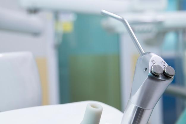 Verschillende tandinstrumenten en hulpmiddelen in een tandartsenbureau.