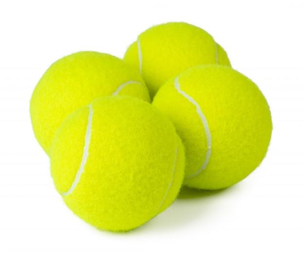 Verschillende tennisballen geïsoleerd op een witte achtergrond