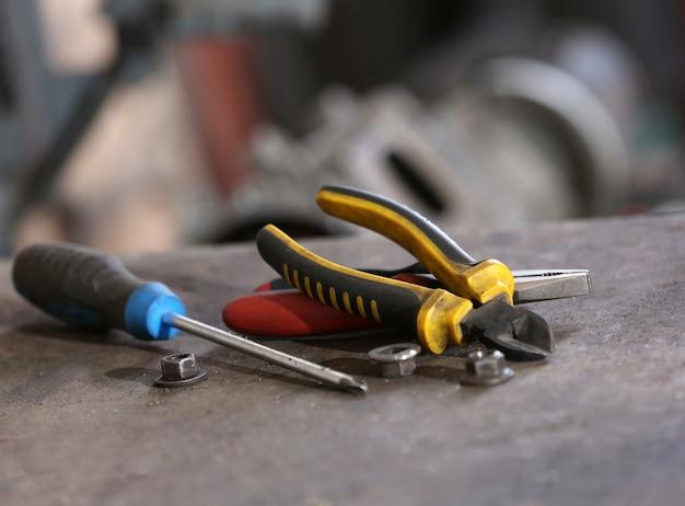 Verschillende tools op de werkplek in de garage