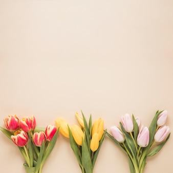 Verschillende tulpenboeketten op lijst