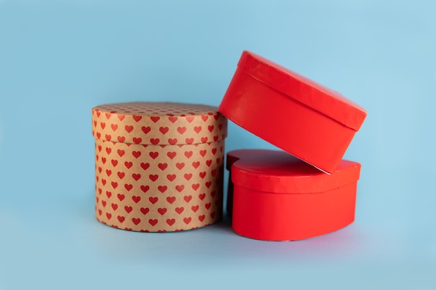 Verschillende valentijnsdag geschenkdozen met hart geïsoleerd op blauwe achtergrond