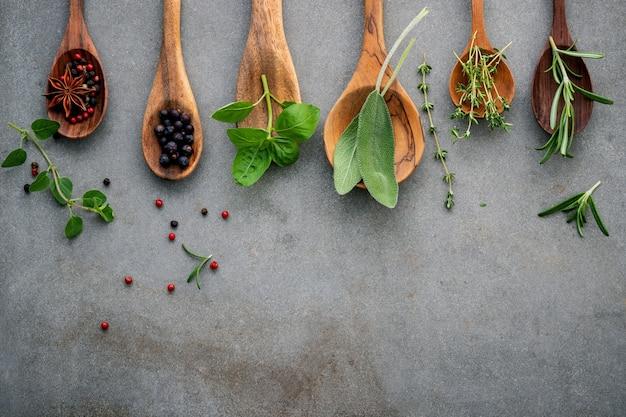 Verschillende van specerijen en kruiden in houten lepels.