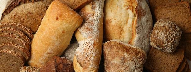 Verschillende vers gebakken brood in zijn geheel