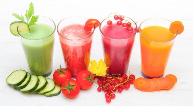 Verschillende vers groentesappen