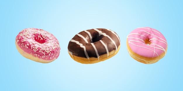 Verschillende verse donuts op blauw.
