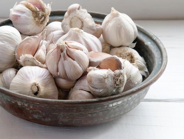 Verschillende verse garlics in een kom