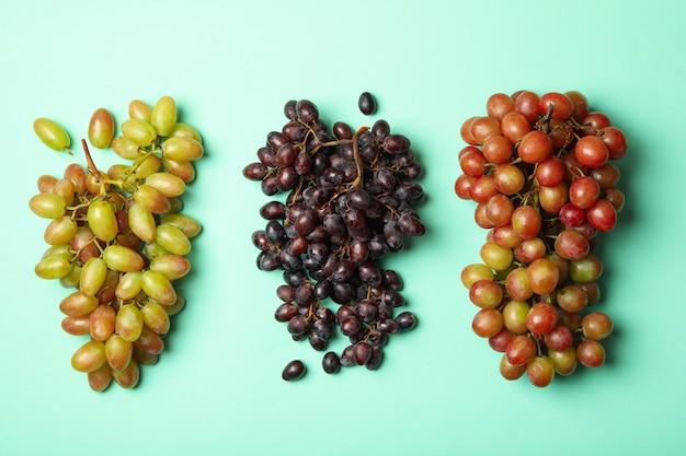Verschillende verse rijpe druif op munt