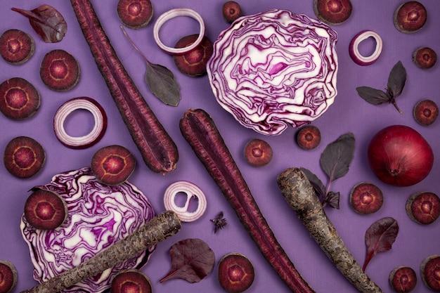 Verschillende violette groenten op paars, bovenaanzicht