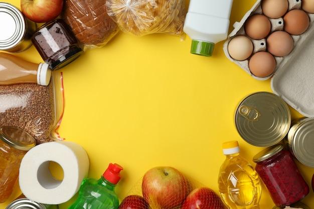 Verschillende voedsel op gele ruimte, bovenaanzicht. donatie concept