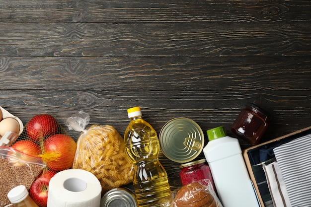 Verschillende voedsel op houten ruimte, bovenaanzicht. donatie concept