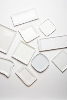 Verschillende vorm witte platen geïsoleerd op een witte achtergrond, bovenaanzicht