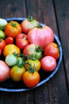 Verschillende vormen en kleuren van tomaten in metalen plaat