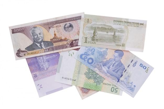 Verschillende vreemde valuta geïsoleerd op wit