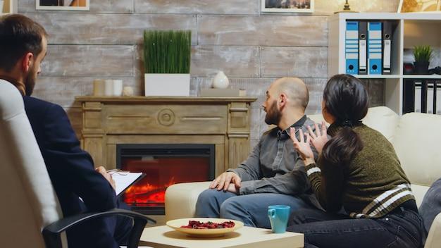 Verschillende vrouw bij relatietherapie met haar vriend. psychoanalyse aantekeningen maken.