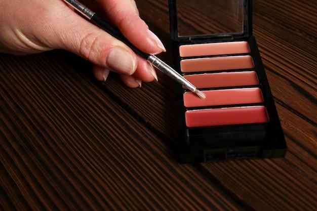 Verschillende vrouwelijke cosmetica op houten achtergrond