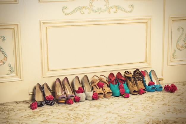 Verschillende vrouwelijke schoenen op hoge hakken