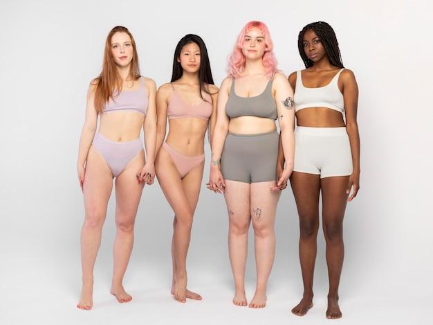 Verschillende vrouwen die samen poseren