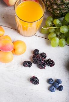 Verschillende vruchten op witte tafel